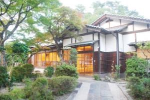 約150坪の敷地に日本庭園と喫茶室があります