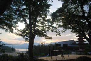庭の先には厳島の風景が広がります